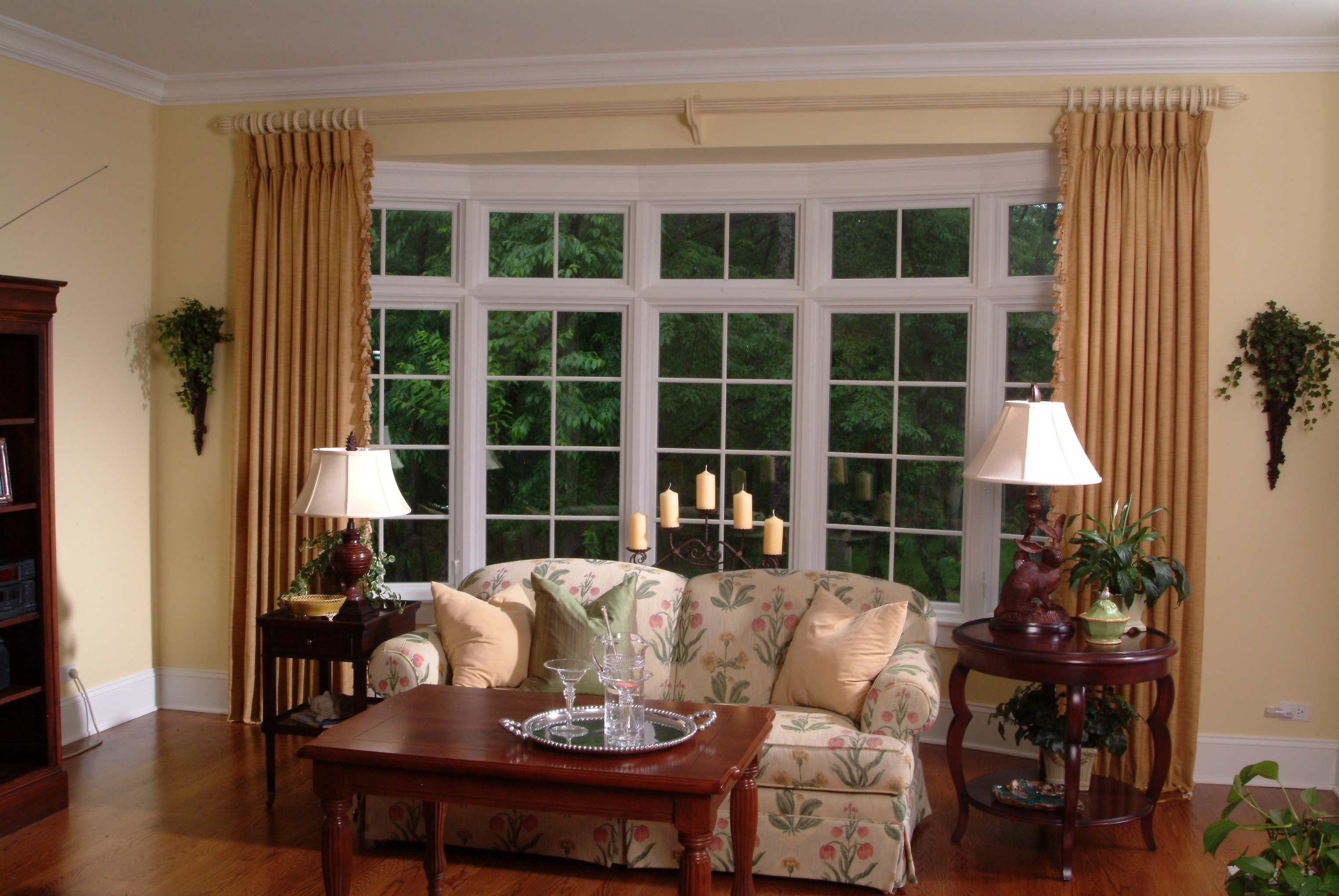 The ideas of window coverings for bay windows homesfeed - Living room with bay window ...