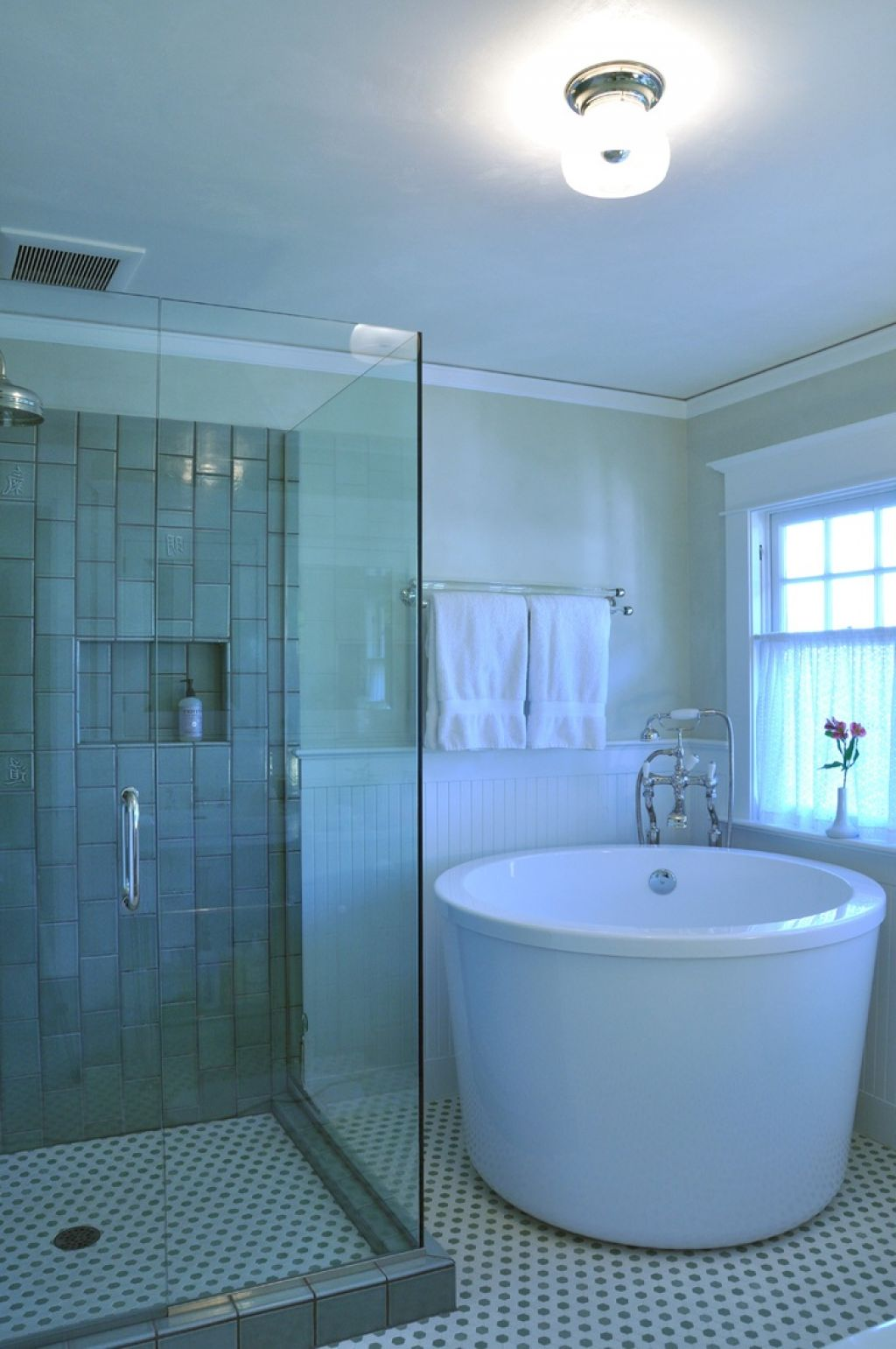The options of deep tubs for small bathroom homesfeed for Small bathroom design ideas with tub