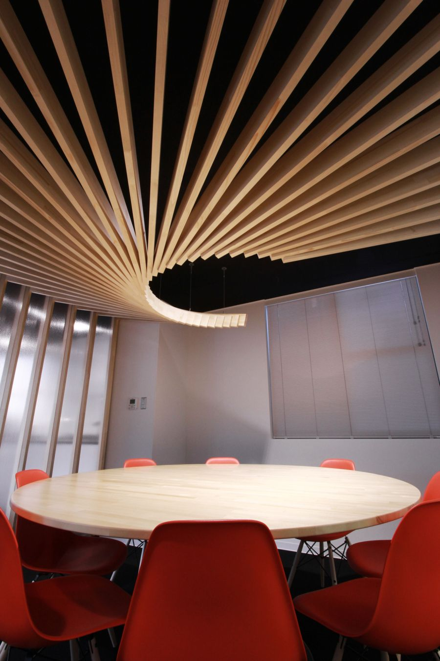 Sophisticated Wavy Wooden Ceiling That Invite Memorable