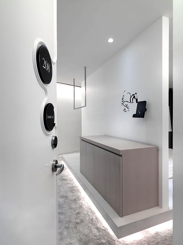 Amazing black and white hotel design in the club hotel for Minimalist hotel room design