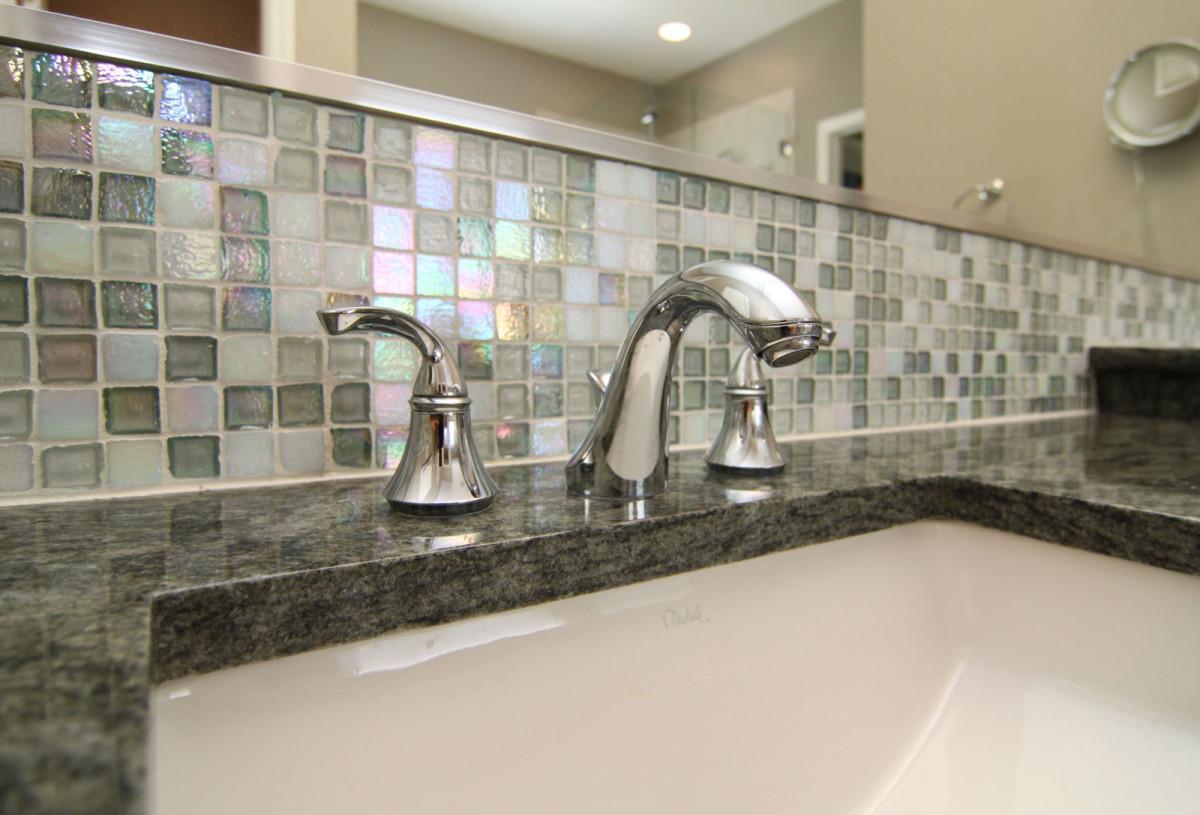 Groutless tile backsplash