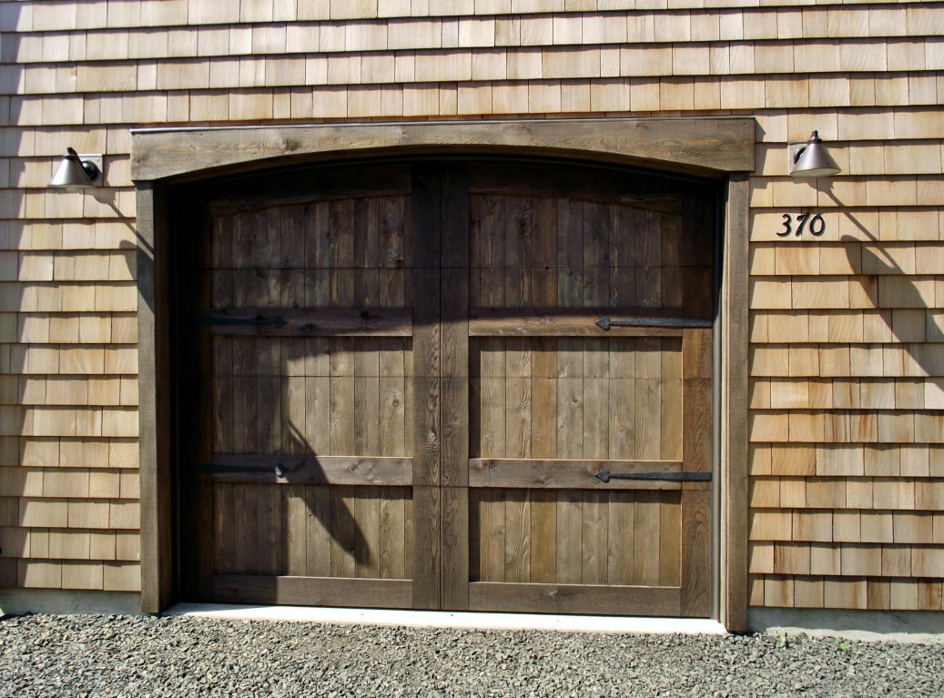 Craftsman style garage doors homesfeed for Traditional garage