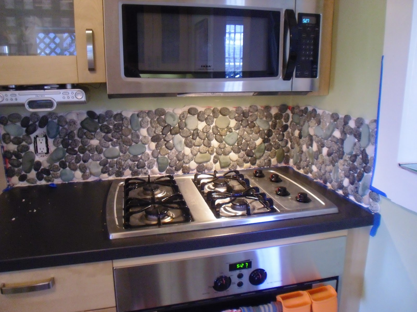 river rock backsplash give a new and natural accent to your kitchen