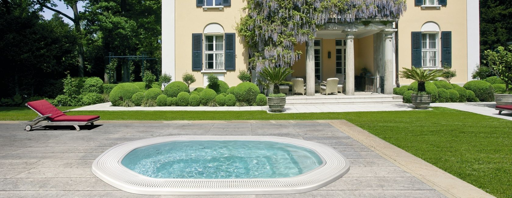 Built in hot tubs provides luxury and extra comfort for Big outdoor pool