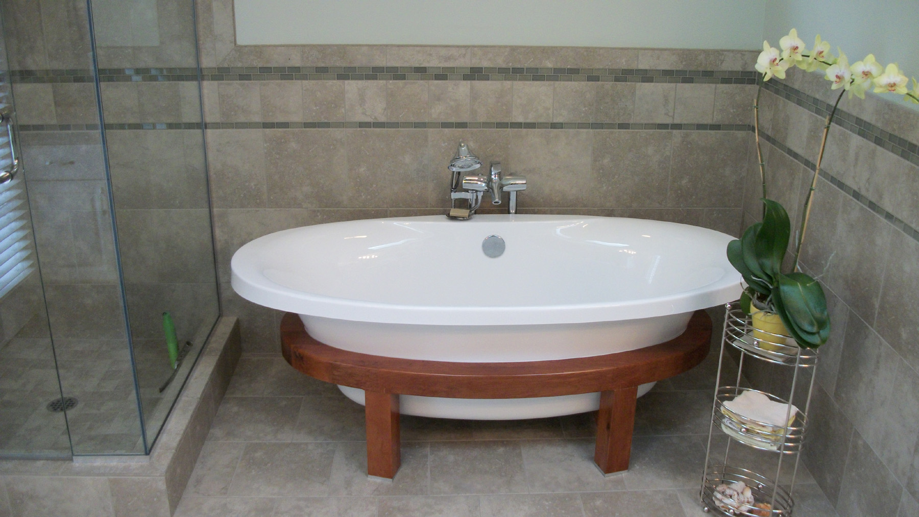 luxurious white bathtub with wood stand for small bathroom frameless