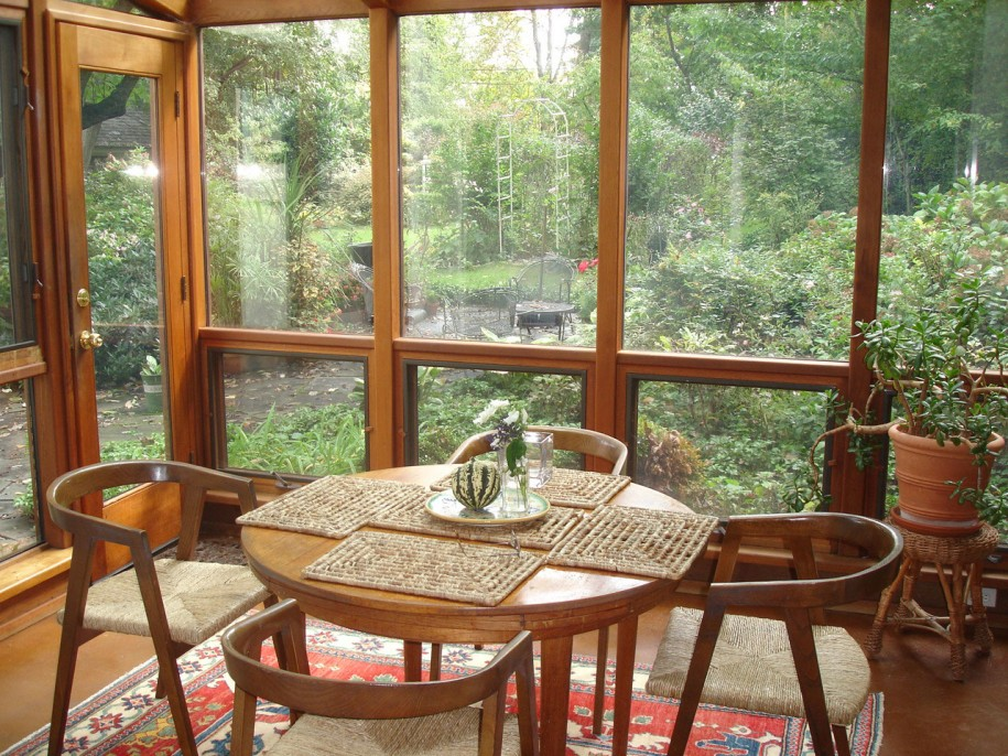Sunroom furniture ideas homesfeed for Sunroom dining room ideas