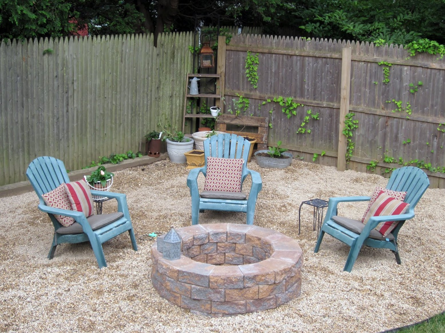 Exceptionnel Round Underground Fire Pit With Brick Building Outdoor Furniture In Blue  Plus Decorative Pillows