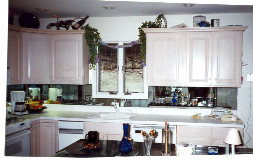 Antique mirror backplash touches modern feature with old vintage style homesfeed - Vintage kitchen features work modern kitchen ...