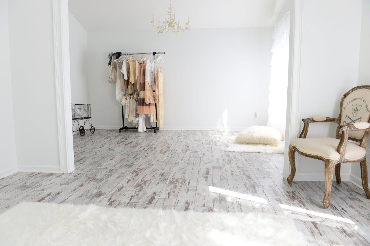 White washed wood floors design with black natural accent in spacious room with open closet design