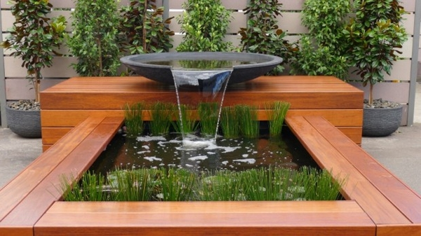 Modern vs classic water feature for home homesfeed for Deco jardin moderne