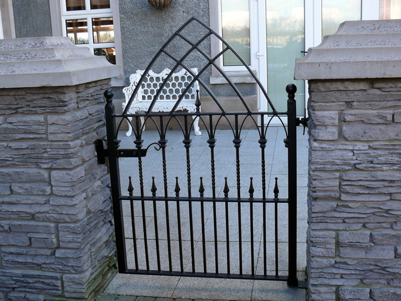 Iron gate designs for homes homesfeed for Bed room gate design