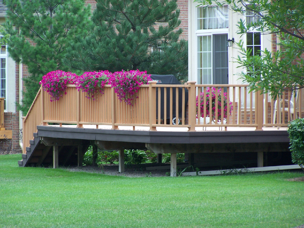 Beautiful porch skirting that you have to apply before for Patio deck decorating ideas