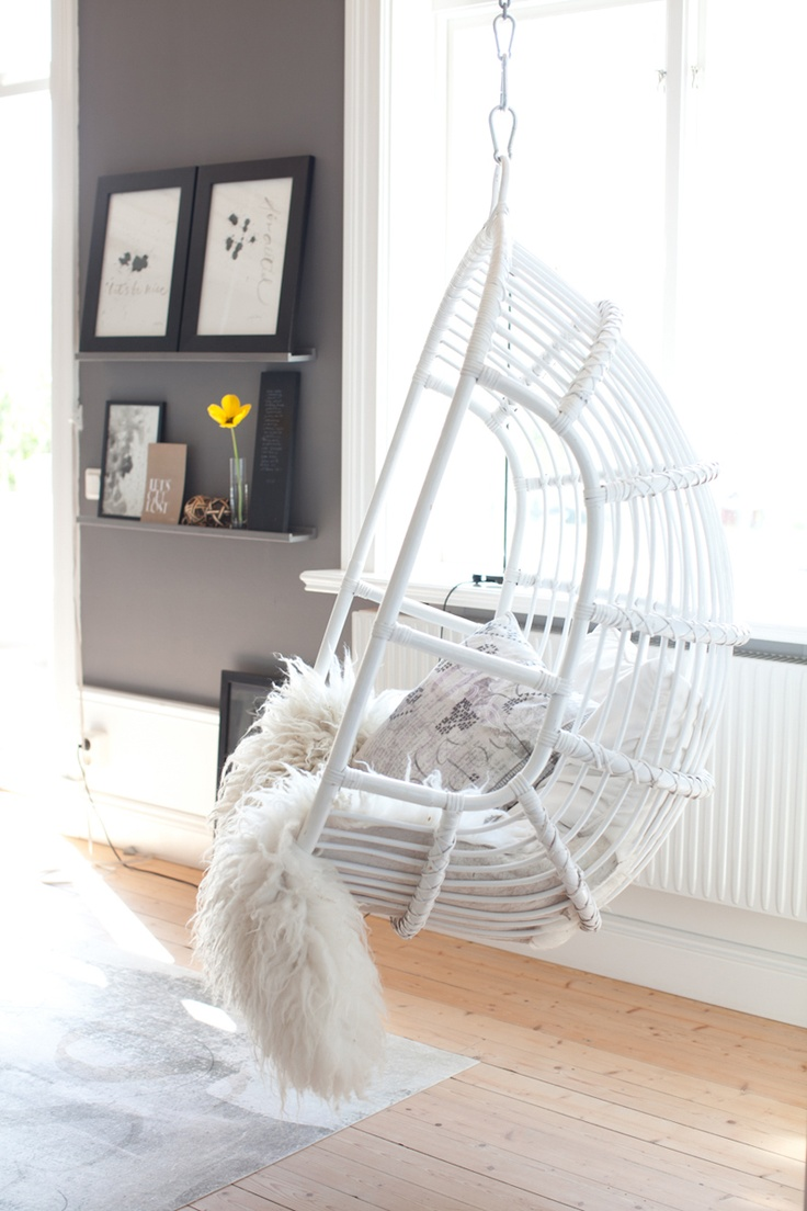 chairs that hang from the ceiling with blanket and cushion combined with wall mounted shelf and  sc 1 st  HomesFeed & Charming Home Furniture Ideas with Chairs That Hang from the ...