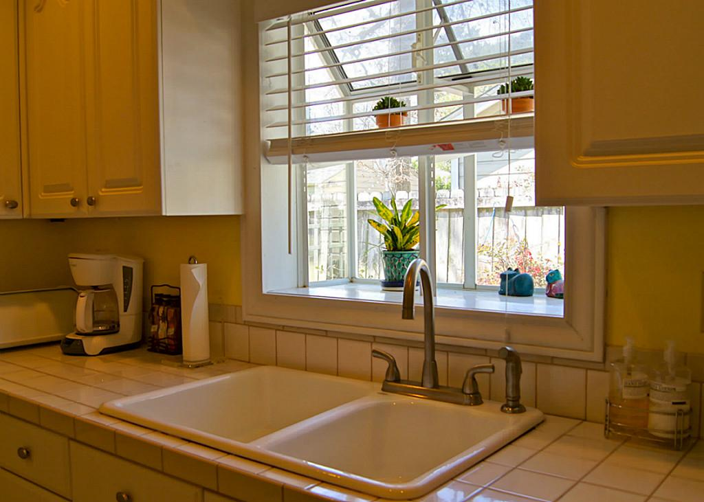 How to decorate garden windows for kitchens so that the How to decorate windows
