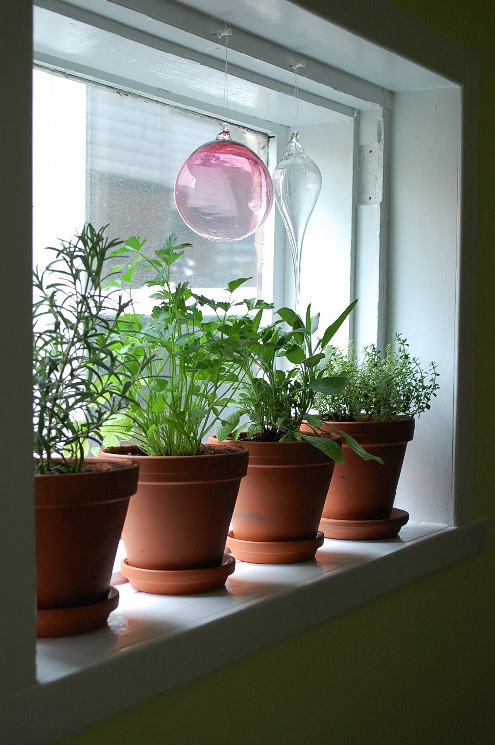 How to decorate garden windows for kitchens so that the for Kitchen garden decoration