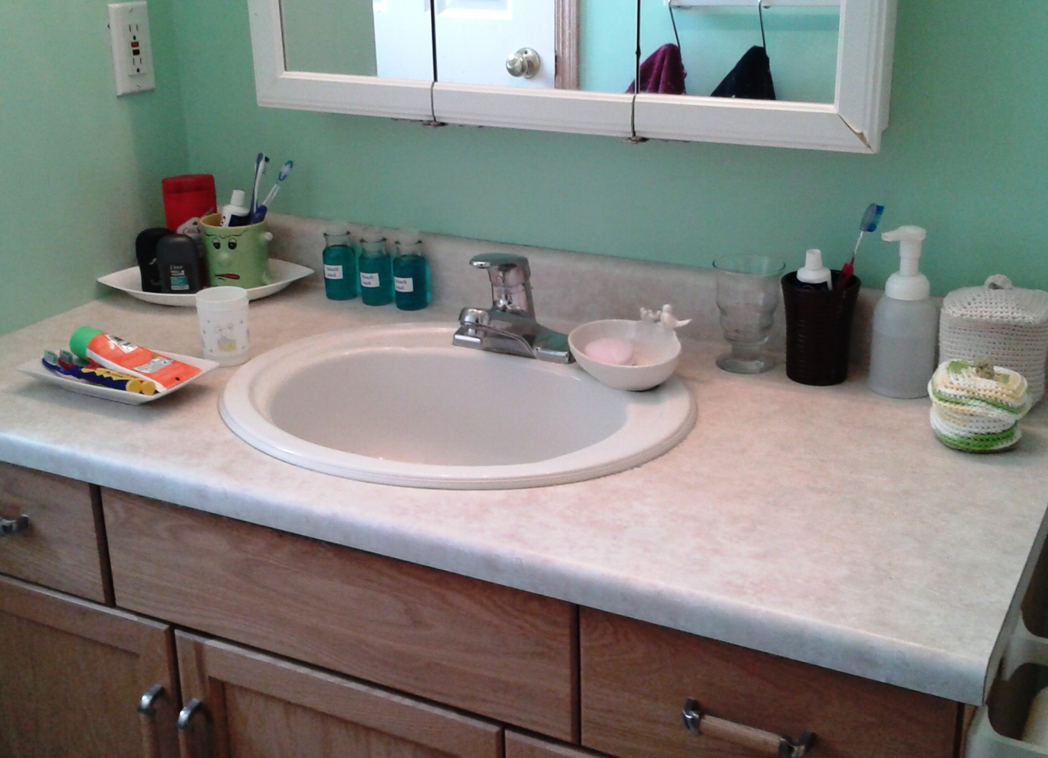 Vanity organization ideas the instant tricks homesfeed - How to decorate a bathroom counter ...