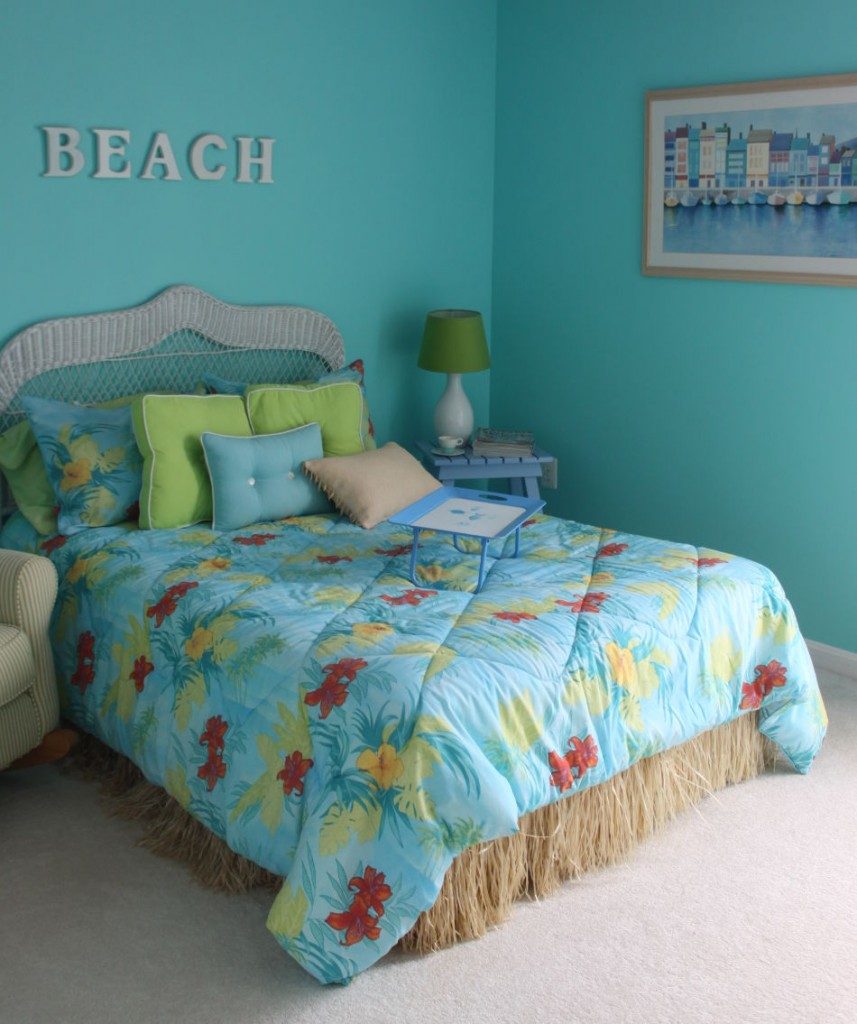 Blue ocean wall paint for beach themed bedroom a bed furniture with blue  headboard blue bedding. Beach Bedroom Ideas   HomesFeed