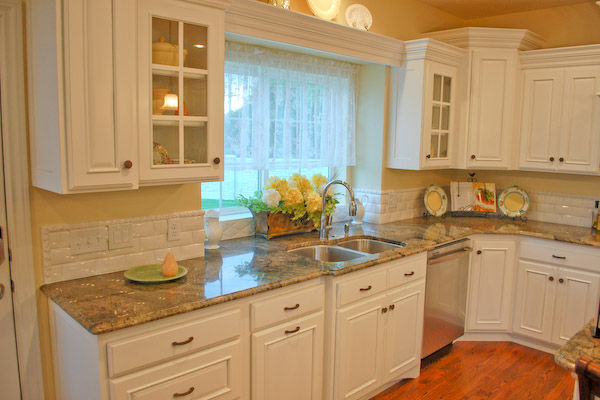 country kitchen backsplash idea with luxurious marble kitchen counter