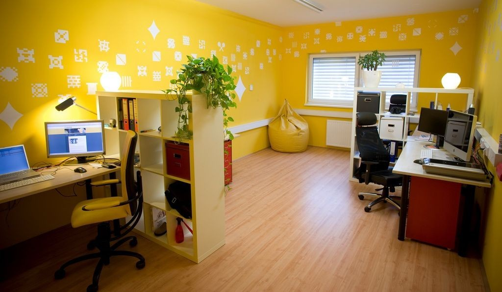 Yellow wall paint to create cheerful and fraesh nuance in Cheerful colors to paint a room