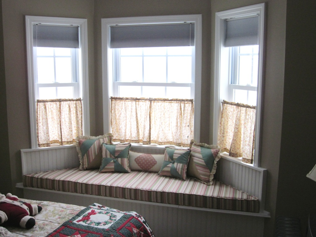 Corner window curtains styles of decorating ideas homesfeed for Living room picture window ideas