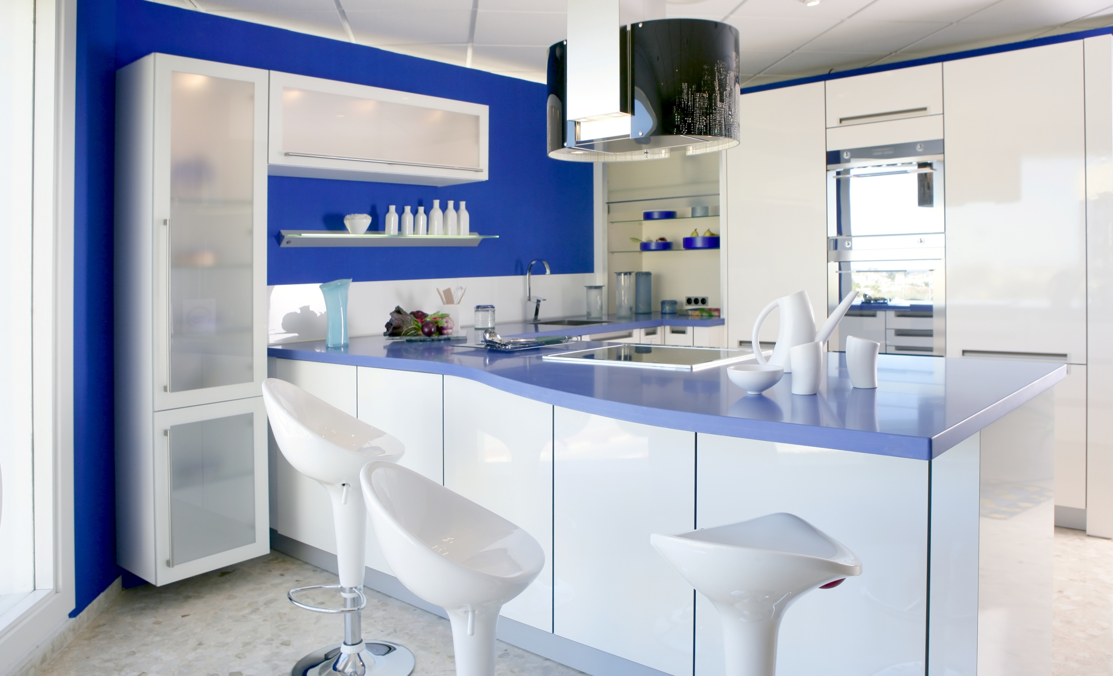 Kitchen Plan In Blue Theme With Glossy Blue Kitchen Countertop And Kitchen Island As