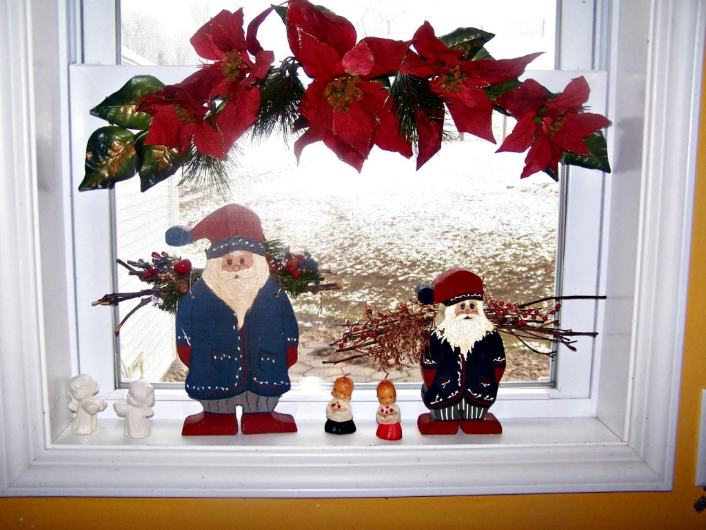 Christmas decoration ideas for windows - Santa Clause Miniatures And Cute Baby Miniature Plus Red Flower Arrangement As Christmas Decorations For Windows