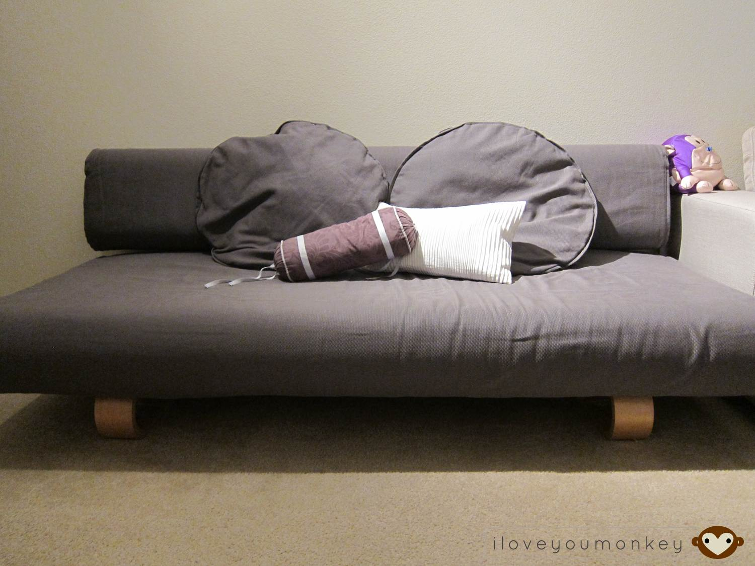 how to juggle a small house with sofa that turn into bed without wasting space homesfeed. Black Bedroom Furniture Sets. Home Design Ideas