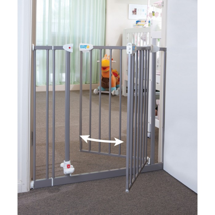 Attrayant A Safety Gate For Kids With Two Swing Door Fetaure
