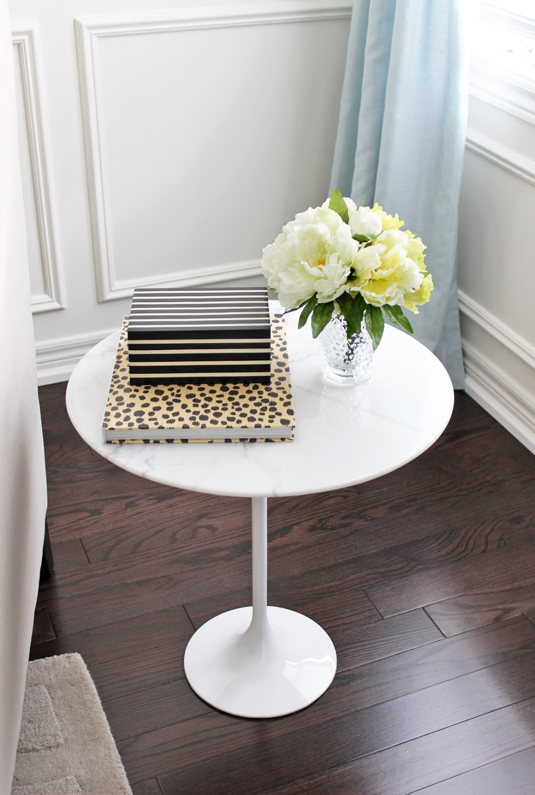Ikea tulip table to present hassle free and minimalist for Small table setting ideas