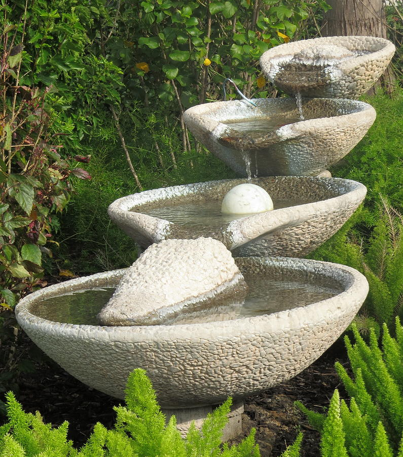 Front yard fountain takes the best water feature for for Garden fountains and water features