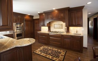 natural wooden kitchen design with white backsplash and runner rug and white patterned giallo rio granite countertop