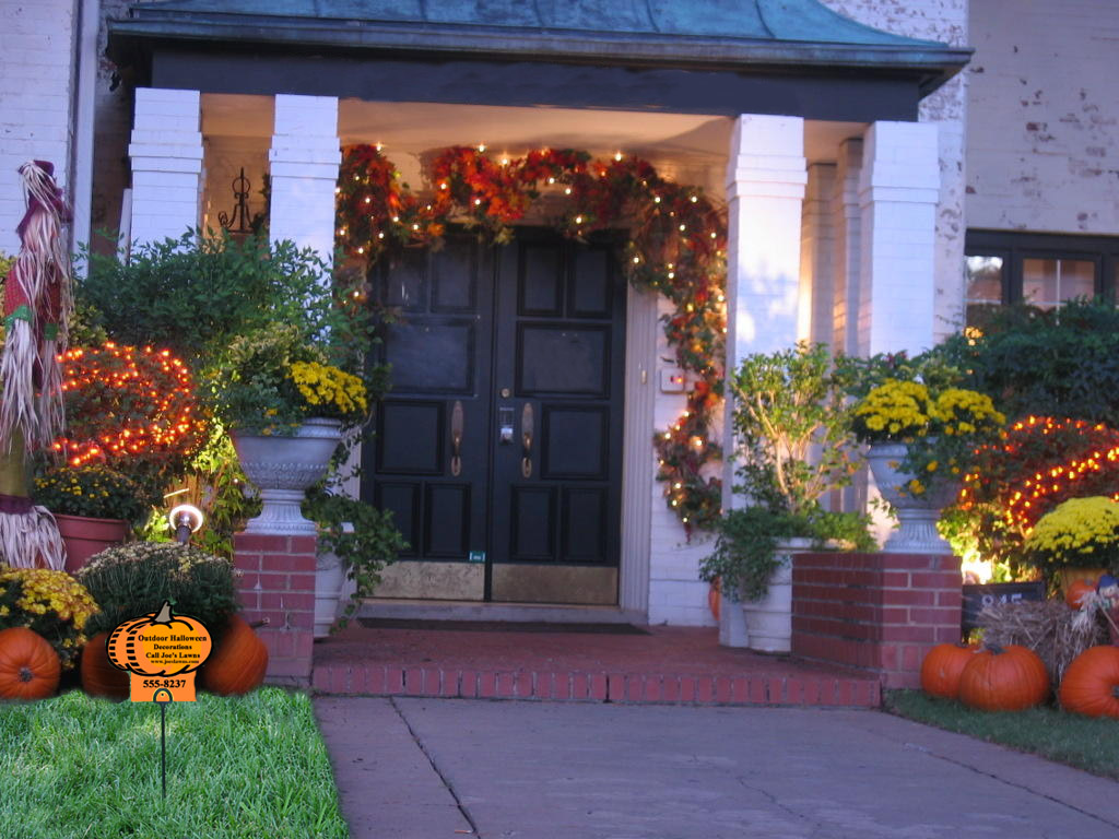 Thanksgiving decoration outdoor - Playful Outdoor Thanksgiving Decoration Idea Before Black Wooden Door With Wreath And Lighting Track And Pumpkins