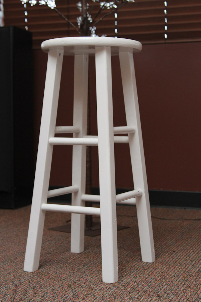 White wood bar stools providing enjoyment in your kitchen for Bar stools for the kitchen