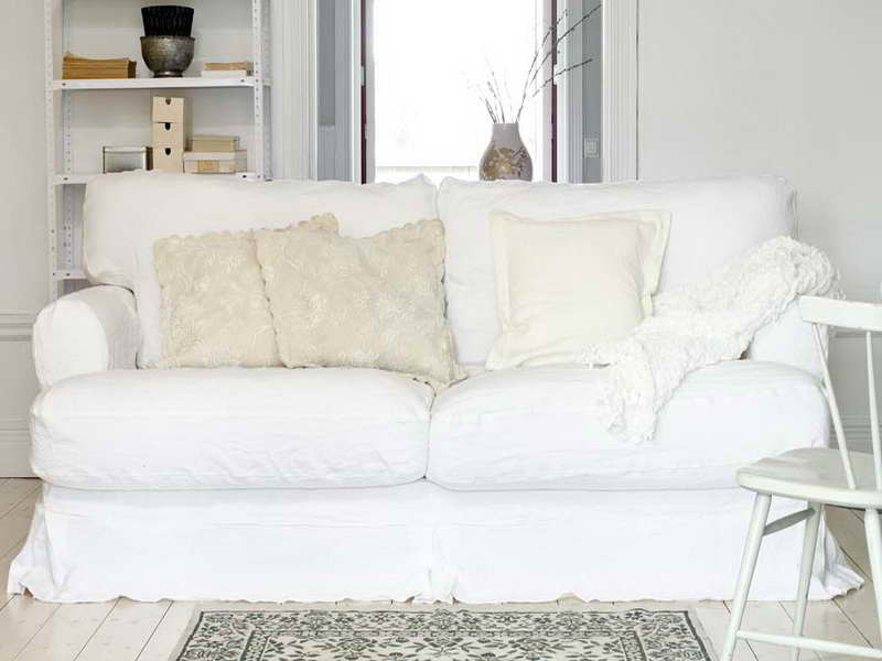 Comfortable white slipcovered sofa that brings for White sofa chair