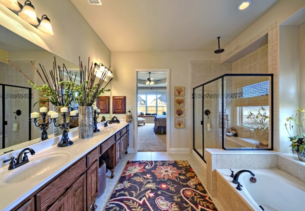 Incroyable A Runner With Floral Pattern For Modern Bathroom A Built In Tub Transparent  Glass Door Shower