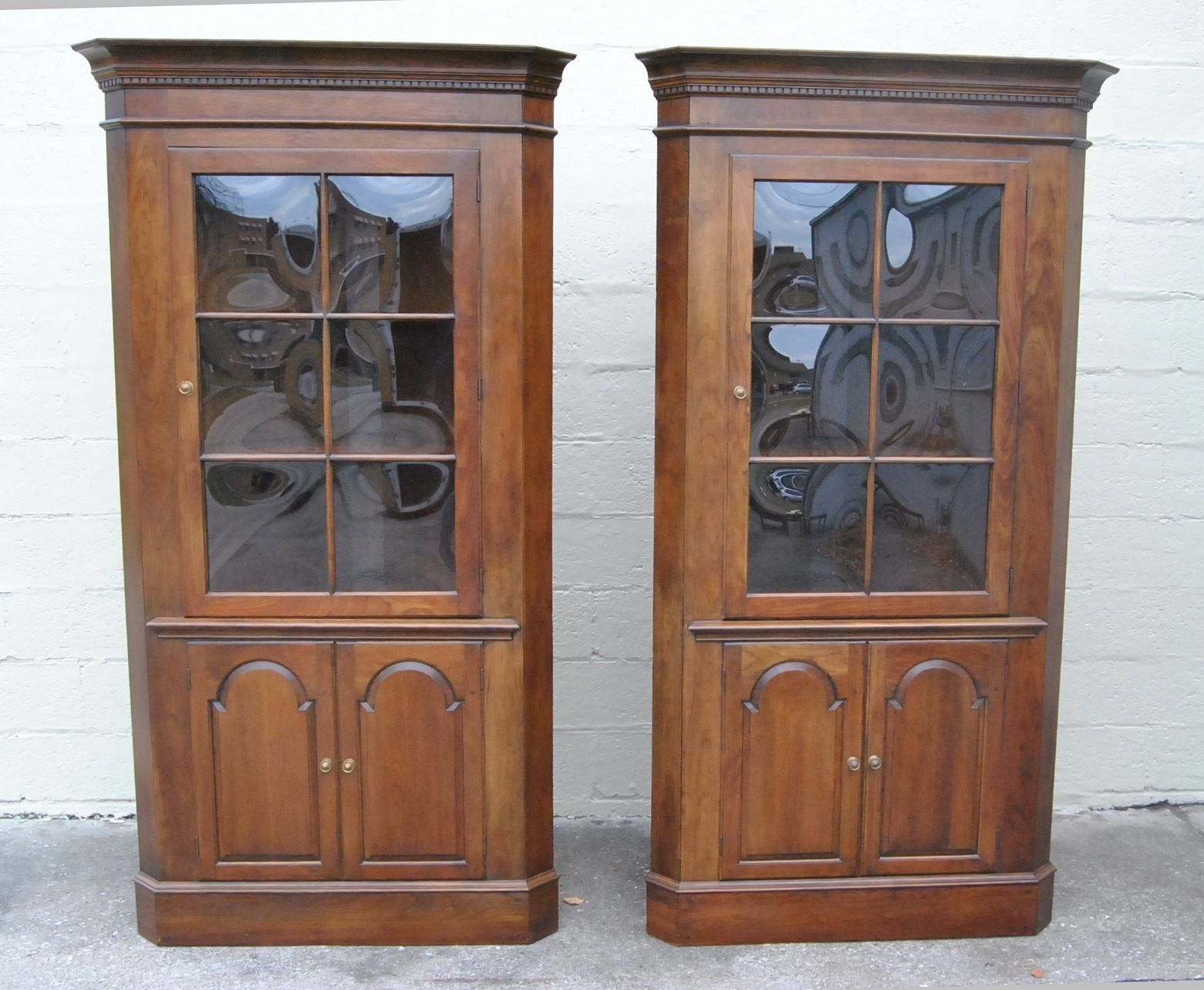 Charmant Colonial Style Of Corner Cabinet With Glass Doors