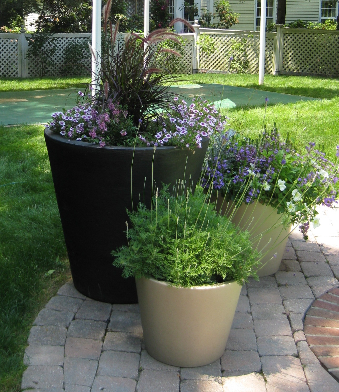 Unique outdoor planters for your garden homesfeed for Garden design ideas with pots