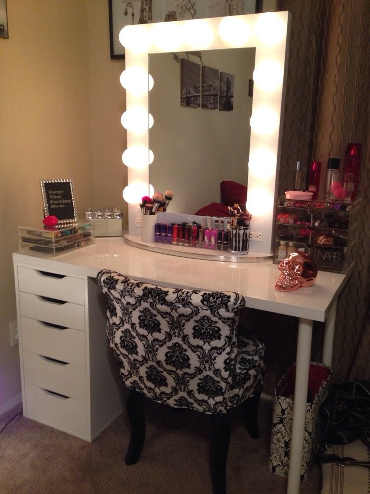 hollywood vanity table with white lighted mirror and black chair and. Black Bedroom Furniture Sets. Home Design Ideas
