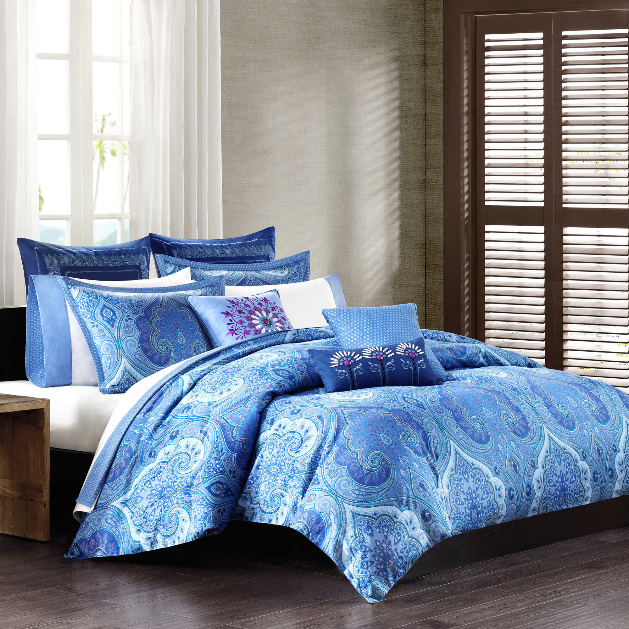 Luxurious Oversized Duvet Cover In Blue With Beautiful Patterns White Bedding A Lot Of Pillows