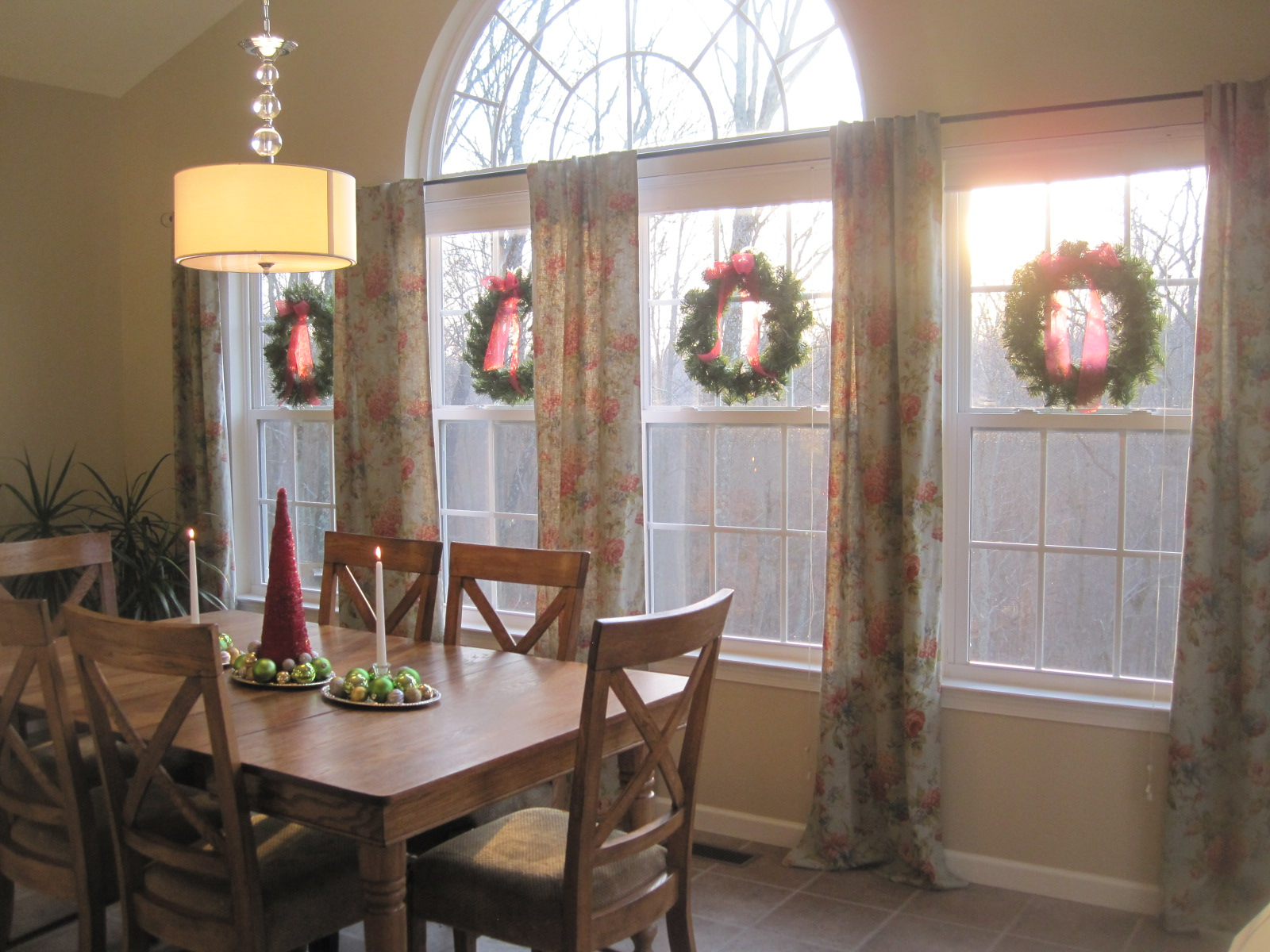 Morning Room Design Ideas Part - 31: Morning Room Christmas Decor Wood Table And Chairs With Warm Chandelier