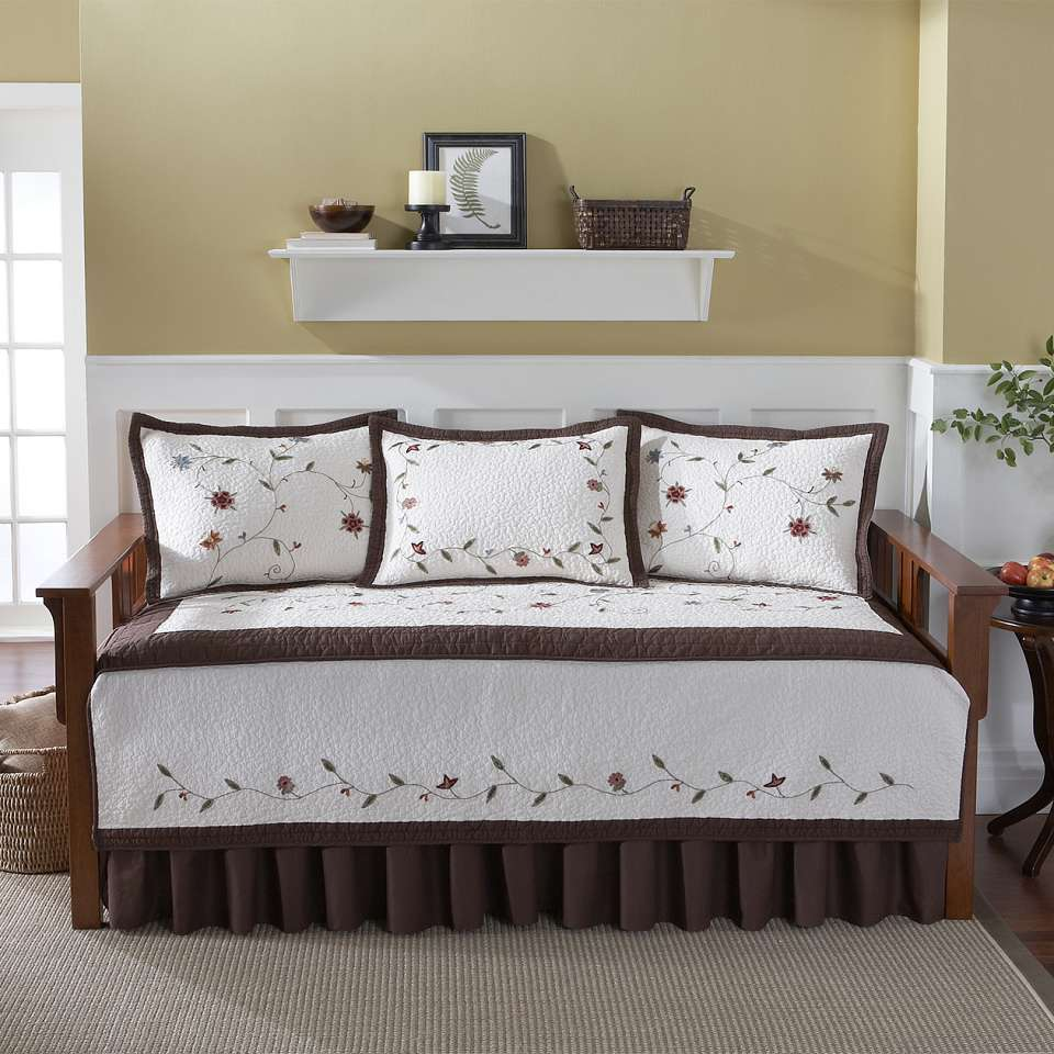 Adorable bedding for daybeds homesfeed for Bedroom ideas velvet bed