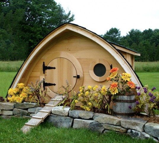 hobbit-holes-chicken-coop-inspired-by-the-lord-of-the-ring-movie-with-colorful-flowers-and-green-scenery