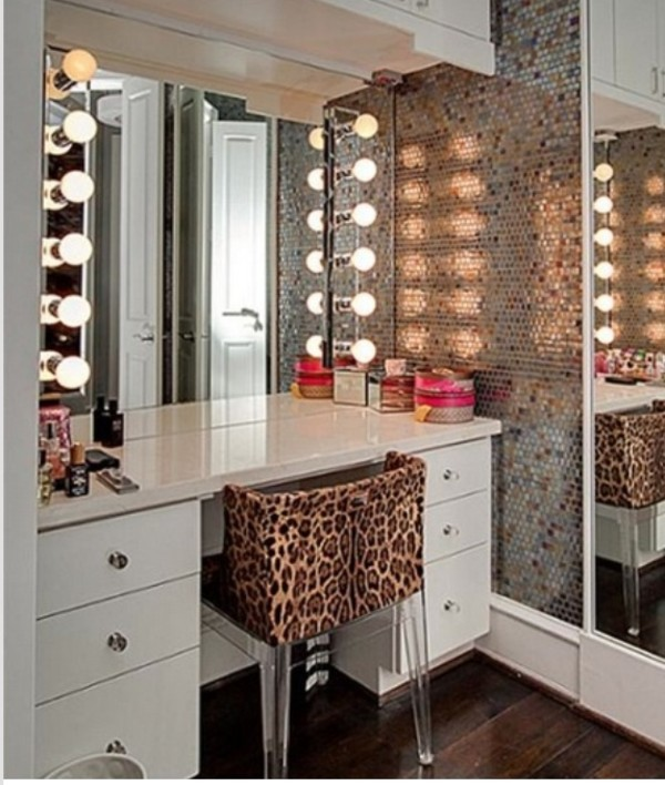 Luxurious And Elegant With Lighted Mirror Hollywood Vanity