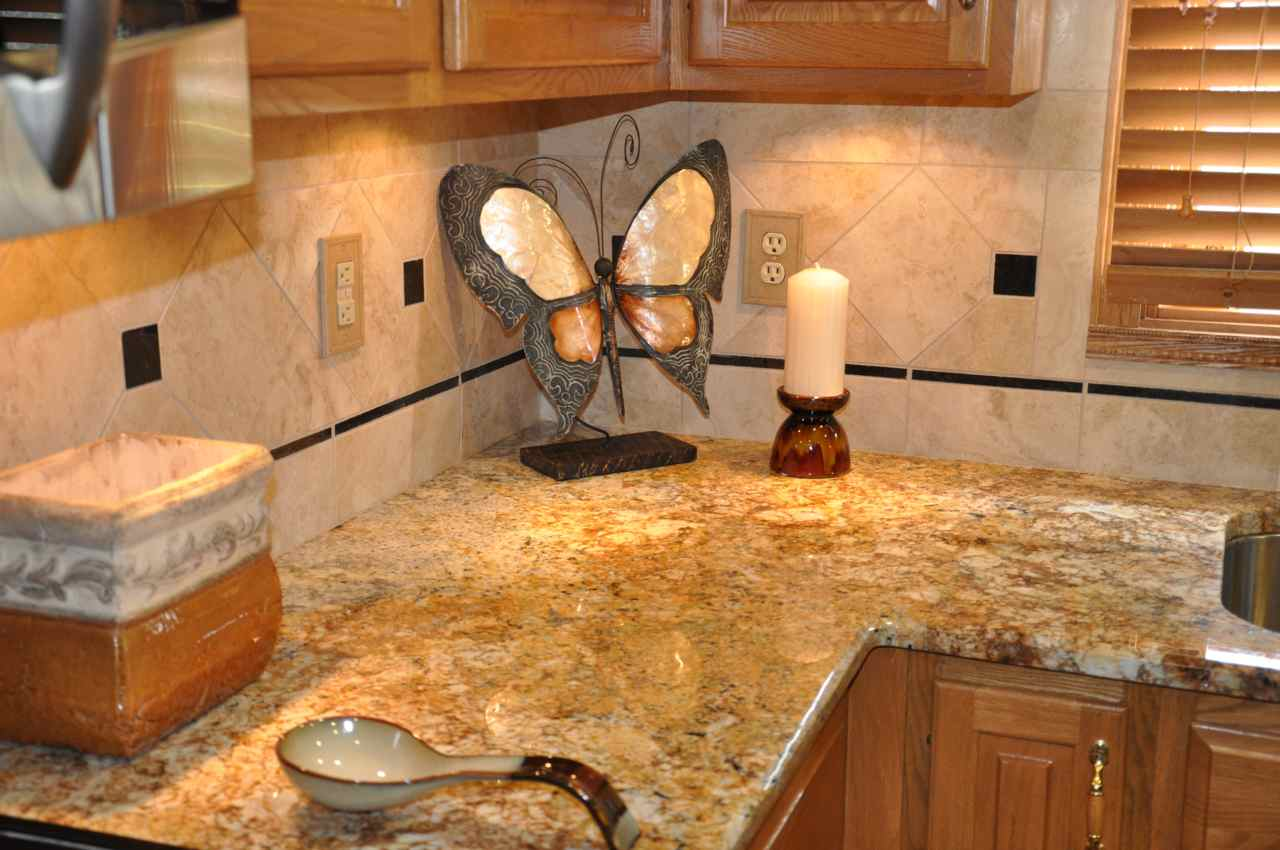 Kitchen with river gold granite luxurious accent homesfeed Kitchen design with granite countertops