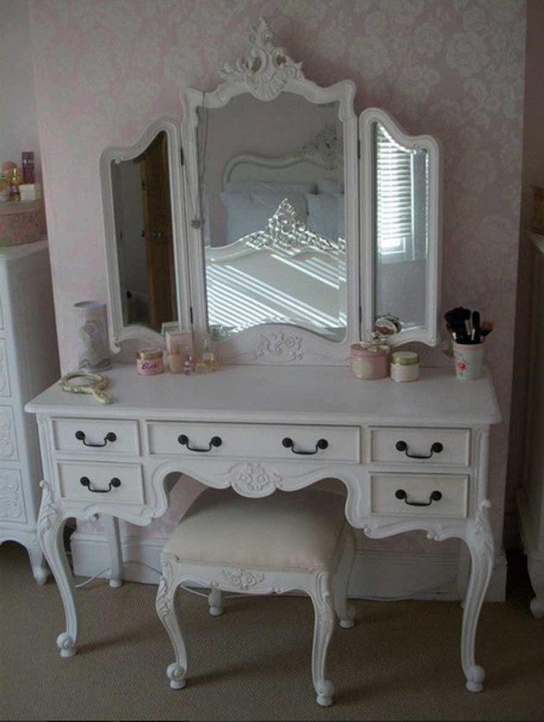 Vanity tables with hollywood style homesfeed for Makeup vanity table and mirror