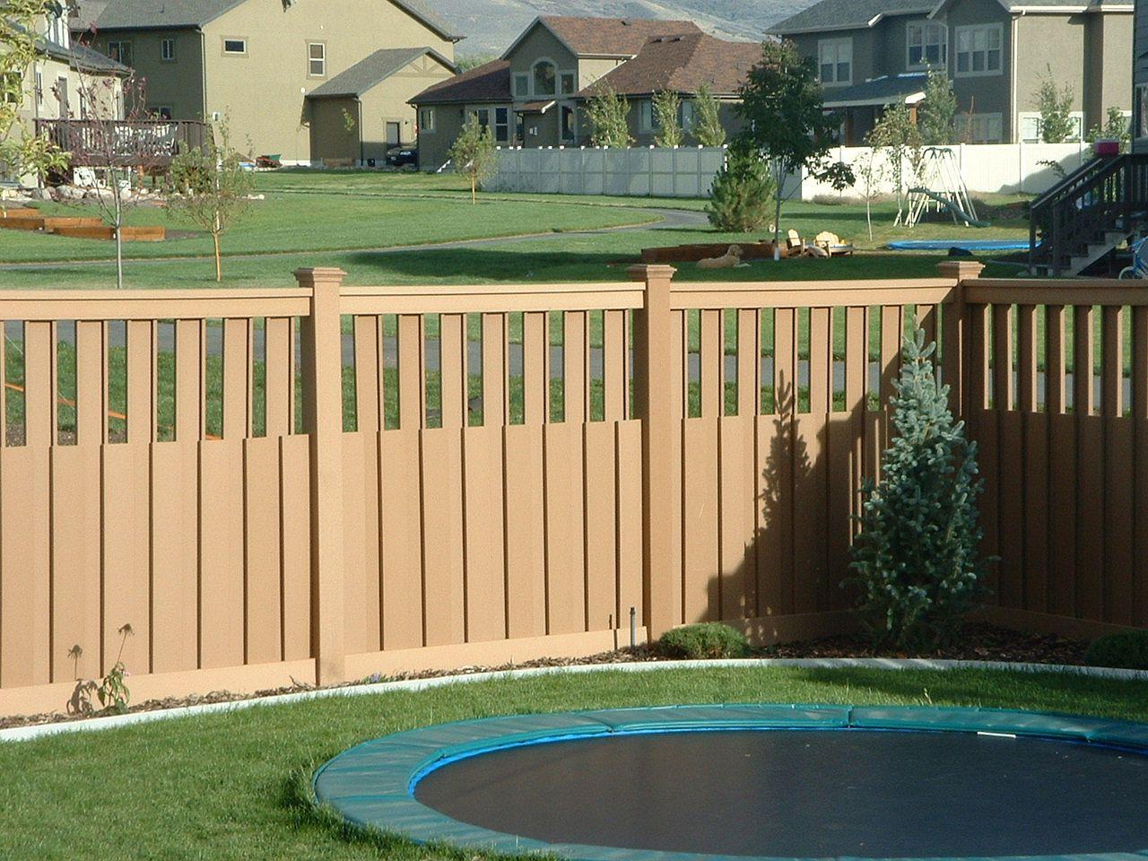 Backyard fencing ideas homesfeed for Outdoor garden fence ideas