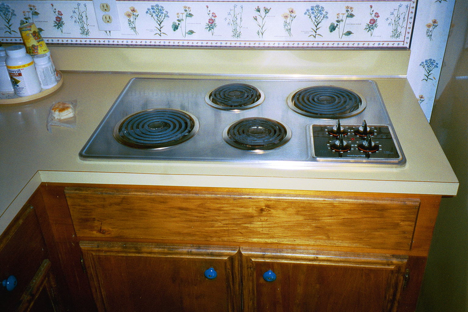 Countertop Stove : Built In Stove Top On Wooden Cabinet Countertop