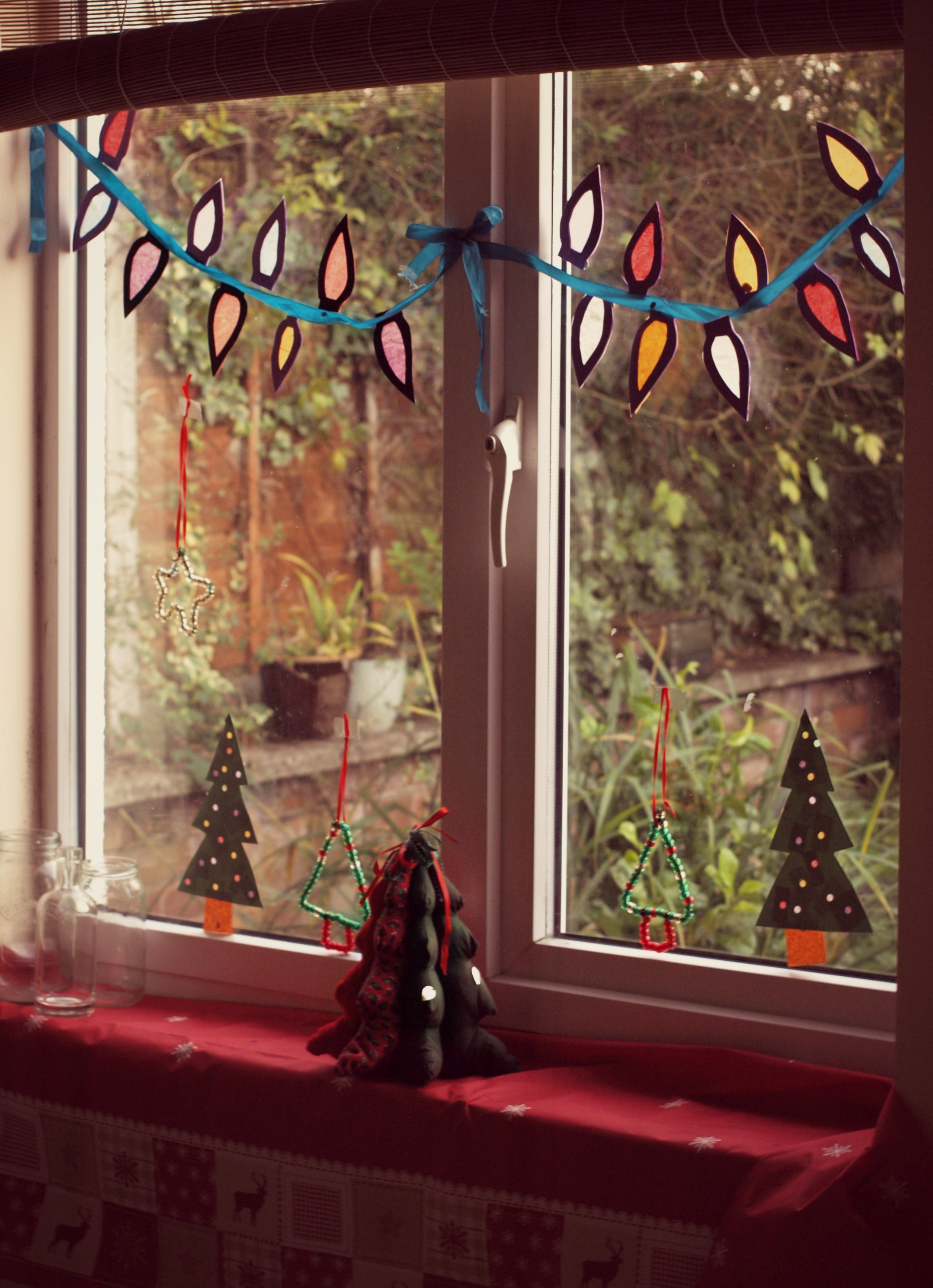 Window decorations for christmas homesfeed for Christmas home window decorations