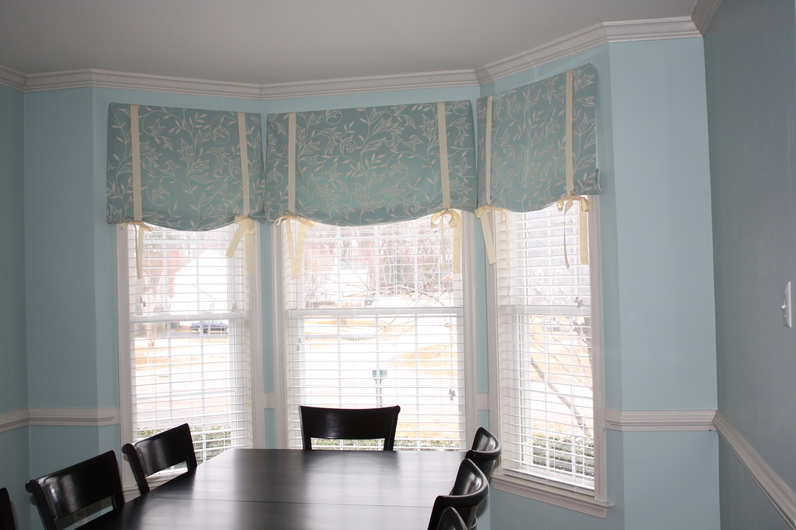 Half window curtains ideas homesfeed for Ideas for dining room curtains