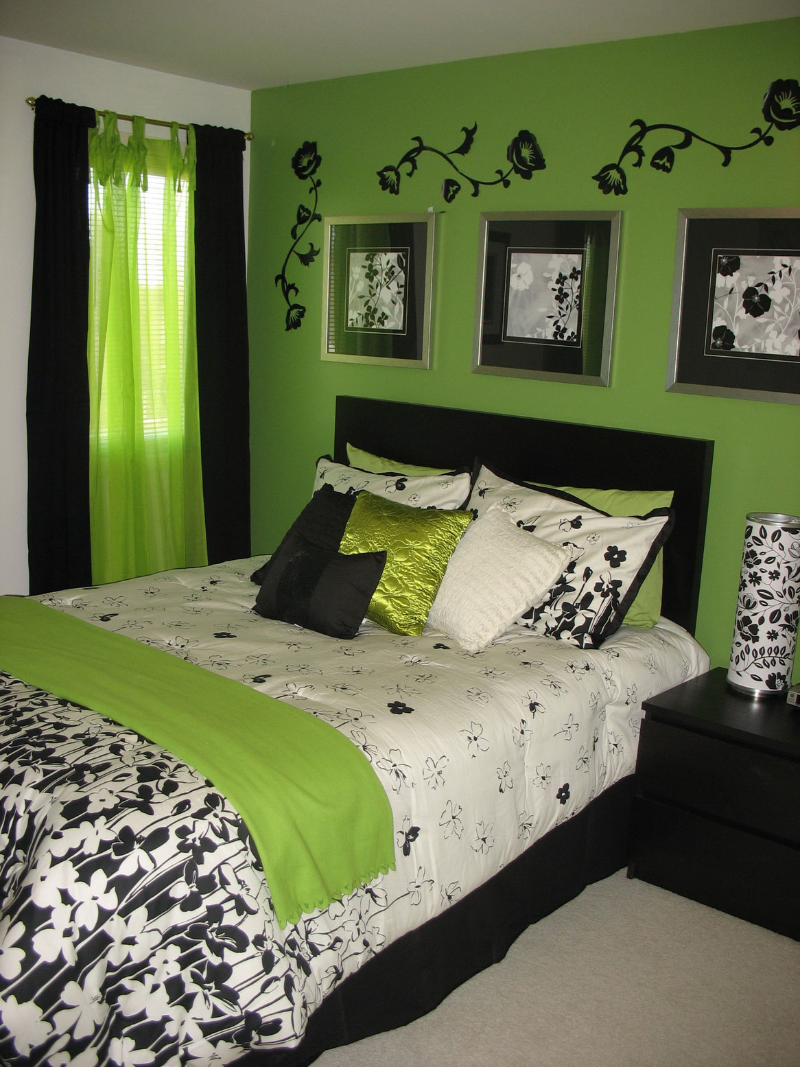 Bedroom ideas for young adults homesfeed for Bedroom ideas hanging pictures